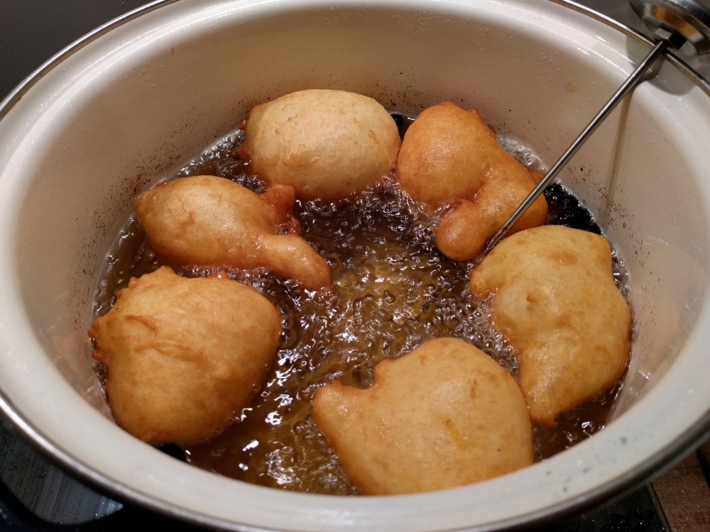 frying oliebollen