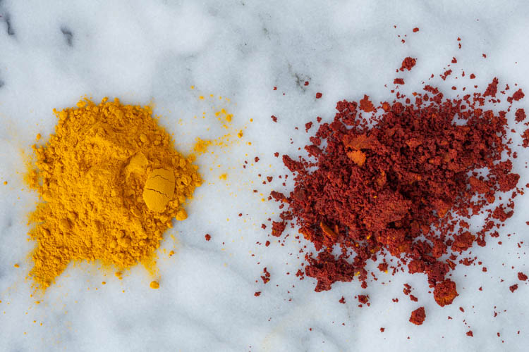 turmeric powders (right: alkalized)